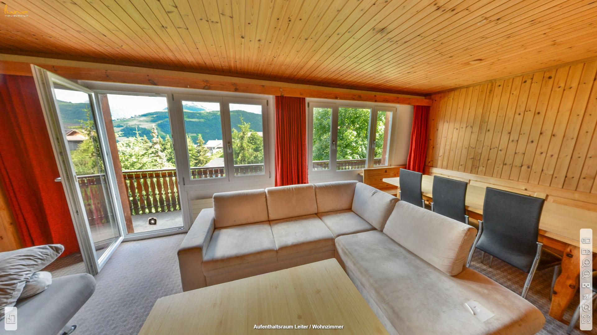 Alpina Gruppenhaus Graubuenden Wohnzimmer